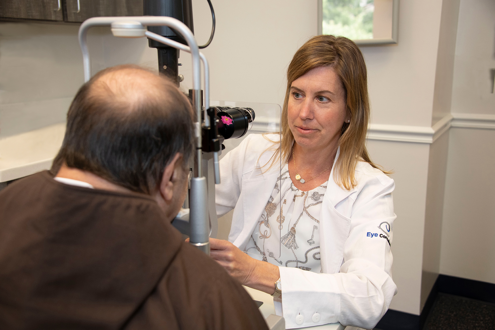 Delaware Glaucoma Specialist Dr. Heather Dealy providing eye exam for glaucoma patient